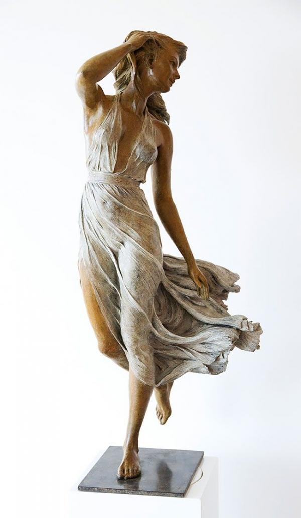 Скульптура девушки