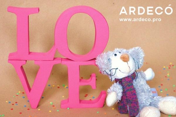 Розовая объемная надпись LOVE из пенопласта