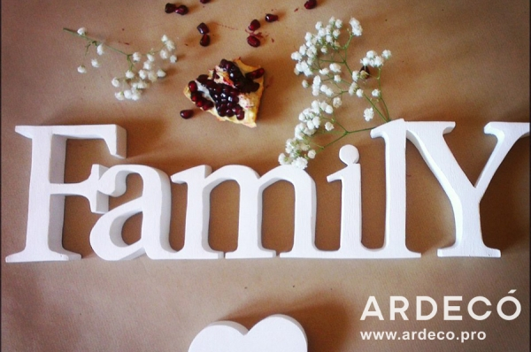 """Объемная надпись """"Family"""" из пенопласта"""