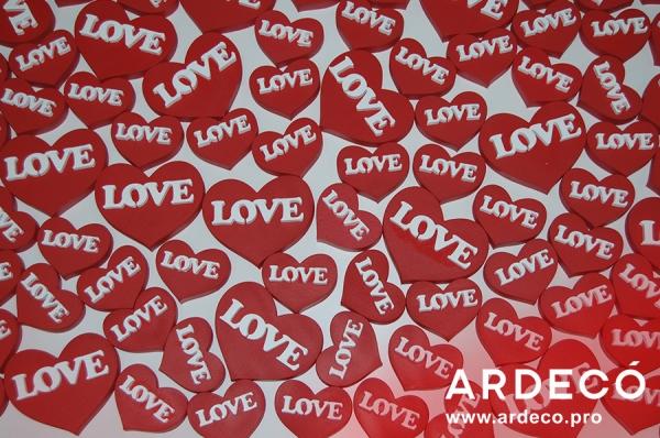 Сердце с объемными буквами LOVE