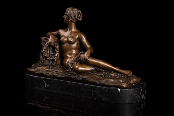 Скульптура сидящей девушки